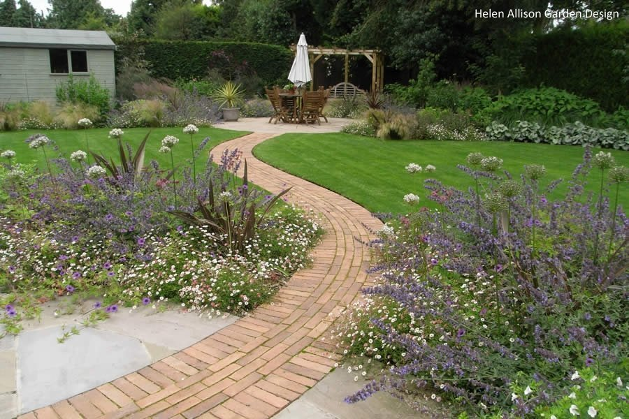 Curvy Garden by Helen Allison Garden Design